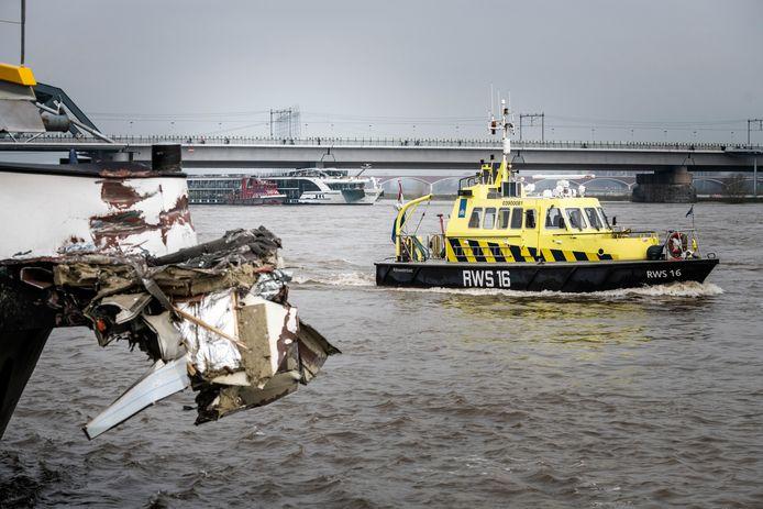 Op de voorgrond vrachtschip Forenso, die nog een deel van de op de achtergrond liggende Edelweiss aan de boeg heeft hangen.