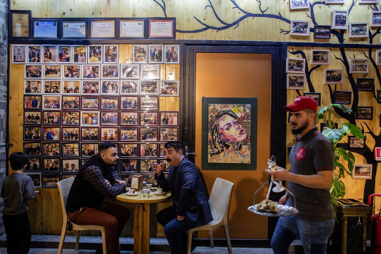 De koffiebar van Alaa Ridha Alwan in Bagdad verkoopt alleen producten uit eigen land, en dat valt goed bij de klandizie. Beeld Hawre Khalid