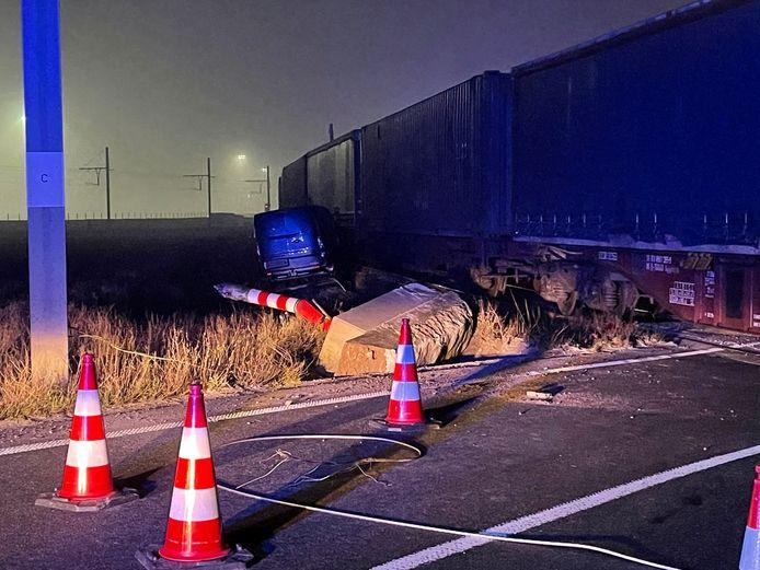 De ravage na het ongeval is groot: de bestelwagens die op de oplegger stonden, liggen op de treinsporen