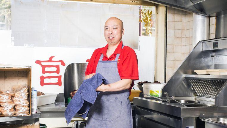 Tuful Kuo in de keuken van zijn afhaalrestaurant in Rotterdam. Hij komt uit het arrondissement Qingtian. Beeld Jiri Buller