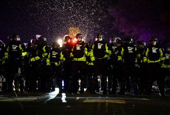 Meer dan zestig mensen zijn opgepakt tijdens rellen in Brooklyn Center.
