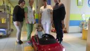 Patiëntjes rijden met Tesla door ziekenhuisgangen