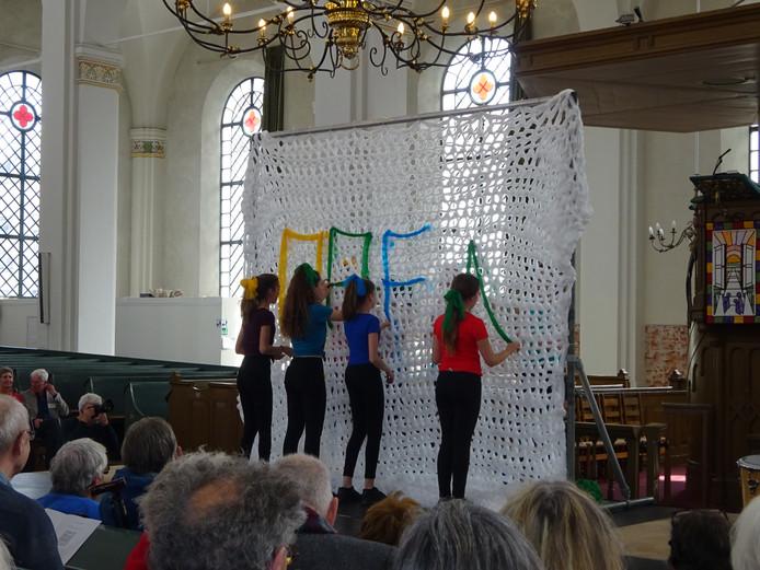 Leerlingen van het Fortes Lyceum verzorgen de opening van de expositie in de Grote Kerk in Gorinchem.