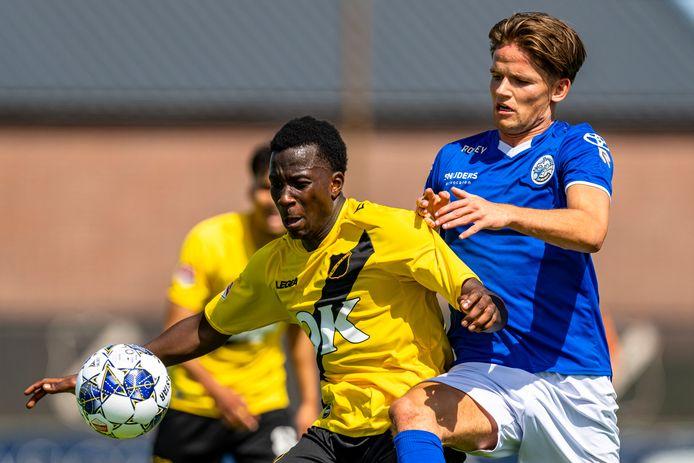Teun van Grunsven (rechts) namens FC Den Bosch in duel met  Ayouba Kosiah van NAC tijdens een oefenwedstrijd van afgelopen zomer.