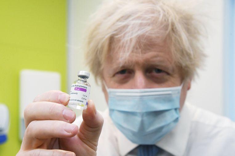 Johnson met een AstraZeneca-vaccin. Beeld REUTERS