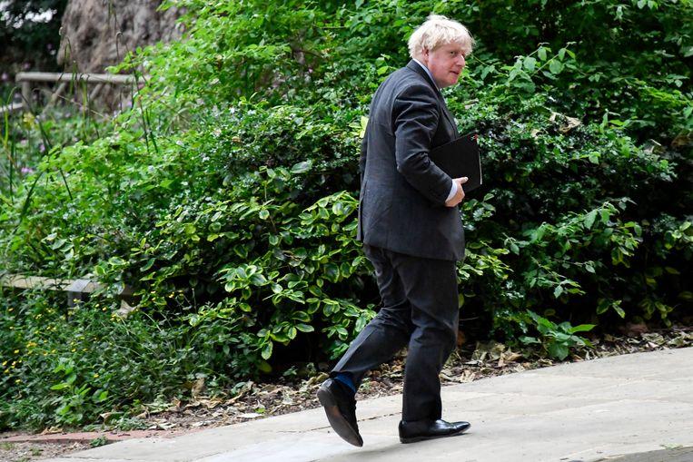 Premier Johnson onderweg naar de persconferentie waar hij het uitstel van 'Freedom Day' zal bekendmaken. Beeld AP