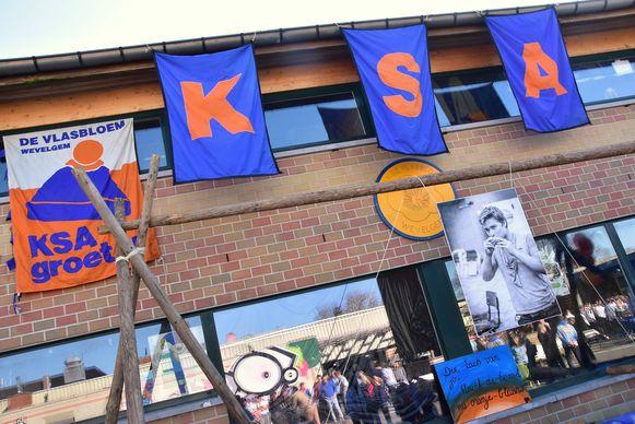 Als eerbetoon aan leider Nico werd een levensgrote foto opgehangen bij een gesjorde constructie.