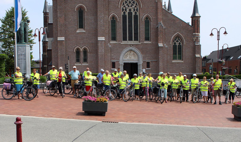 Vief Lichtervelde en veloclub De Burgersgilde verzamelden voor de eerste keer dit seizoen aan het monument op de Markt voor een rit van 31 km, met 33 fietsers.