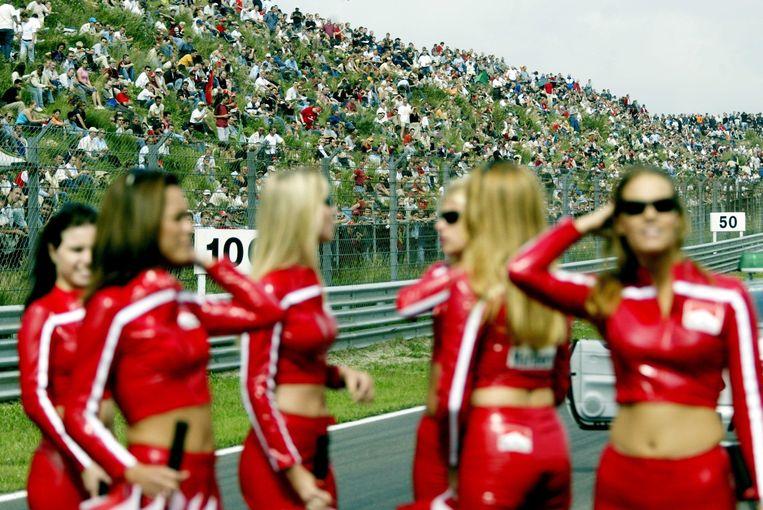 Pitspoezen op de racebaan tijdens het auto- en motorsportevenement Marlboro Masters in Zandvoort, 2002. Beeld HH /  ANP