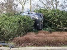 Auto raakt zwaar beschadigd bij crash op rotonde in Nagele