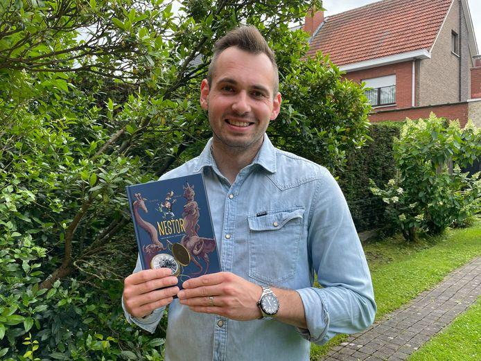 Jeroen Franck met zijn eerste jeugdboek 'Nestor en het magische zakhorloge'.