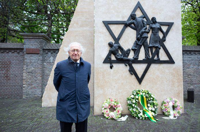 Reinold Simon (82) als 'getuige van de vreselijke tijd' bij de kleinschalige herdenking van de joodse slachtoffers in de Tweede Wereldoorlog in het voormalige joodse hart van Den Haag, het Rabbijn Maarsenplein achter de tuin van de Nieuwe Kerk.