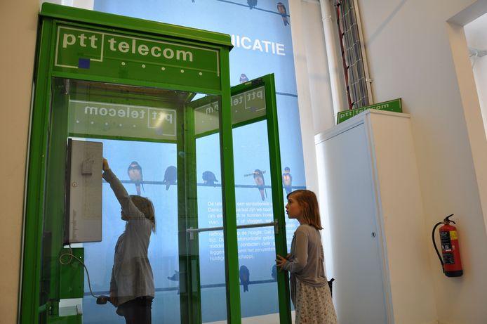 Telefooncellen vind je tegenwoordig bijna uitsluitend nog in het museum, zoals hier in het Techniekmuseum HEIM in Hengelo. Foto ter illustratie.