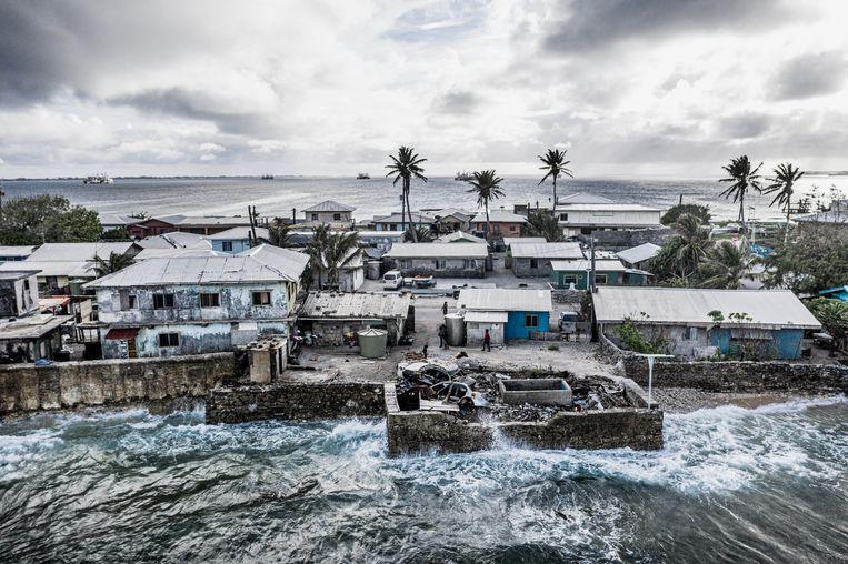 Van twee kanten bedreigt de zee Majuro, de hoofdstad van de Marshalleilanden. In die plaats wonen veel mensen die zijn geëvacueerd van Bikini, na de atoomproeven die de Amerikanen daar veelvuldig hebben uitgevoerd.    Beeld Kadir van Lohuizen /NOOR