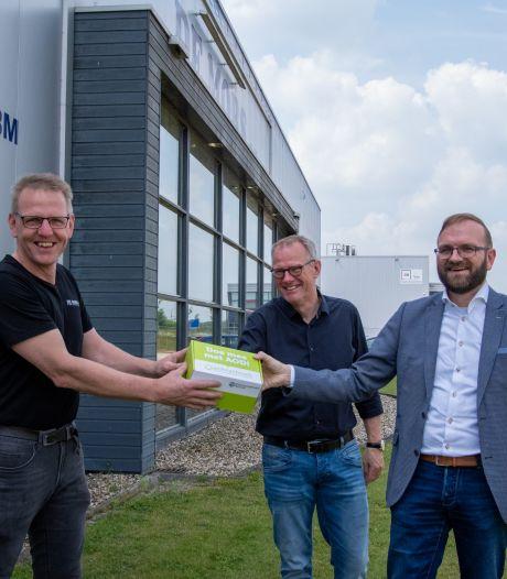 Wethouder als postbezorger met 'groene doos': Bedrijvenpark Borculo doelwit van actie AOD