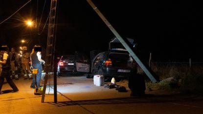 Achtervolging gestolen auto eindigt met crash tegen elektriciteitspaal: verdachte aangehouden, twee politiewagens delen in brokken