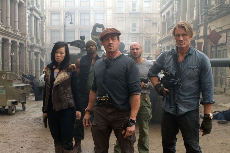 Van links af: Yu Nan, Terry Crews, Sylvester Stallone, Randy Couture en Dolph Lundgren in The Expendables 2 Beeld