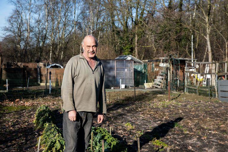 Daniël Leclercq vindt spitten nog wat te vroeg, hij doet met het zonnige weer wel al snoeiwerk in z'n volkstuintje langs het kolenspoor in Zwartberg.