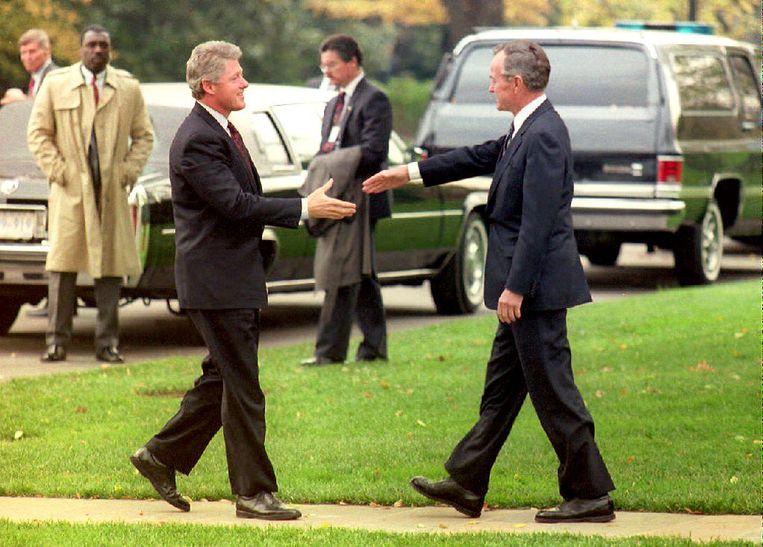 U.S. President George Bush groet de net tot president gekozen Bill Clinton in 1992. Beeld AFP