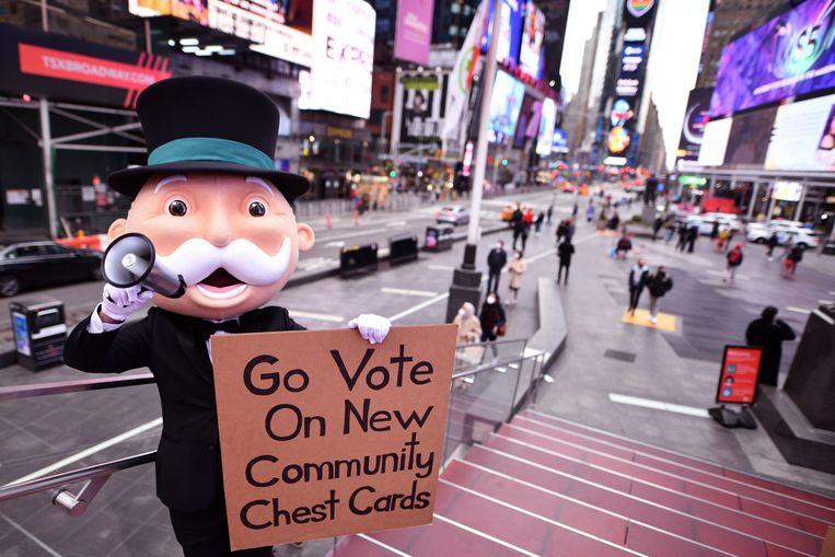 Mr. Monopoly roept mensen in New York op om te stemmen op nieuwe Algemeen Fonds-kaarten. Beeld AP