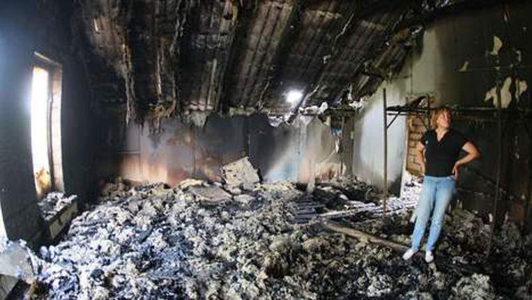 Een vrouw bekijkt de ravage in een gebouw dat gisteren werd verwoest tijdens de aanval van pro-Russische separatisten in Donetsk. Beeld BELGA