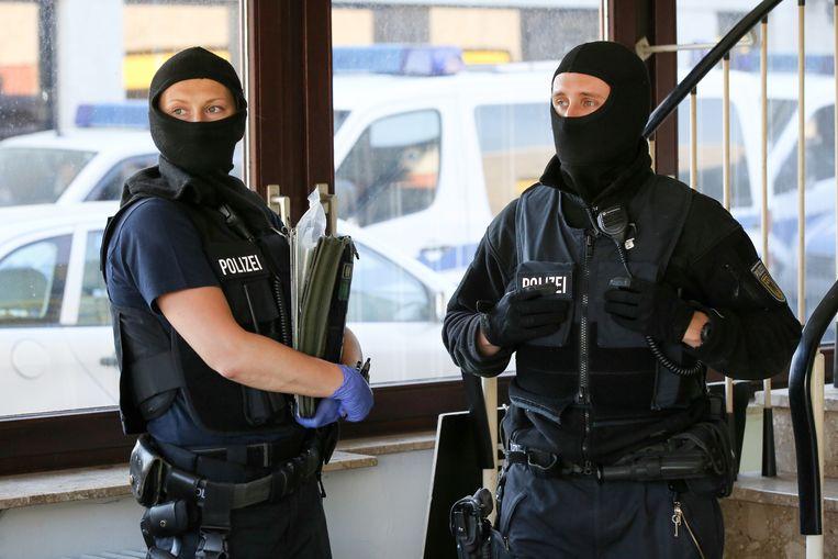 Gemaskerde politie bij een huiszoeking deze ochtend in Hamburg.
