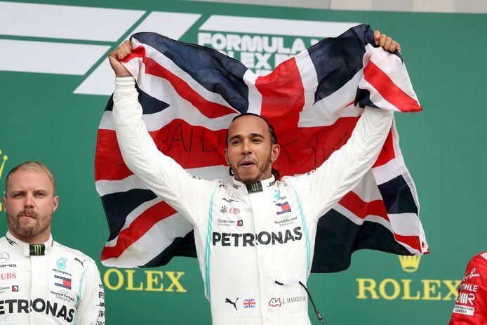 Een vertrouwd beeld: Lewis Hamilton als winnaar van zijn thuisrace.