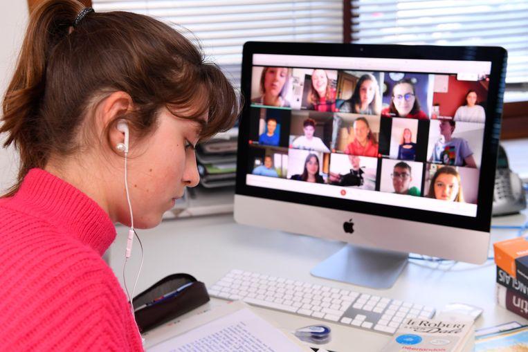 Een scholier volgt online les. Beeld Photo News