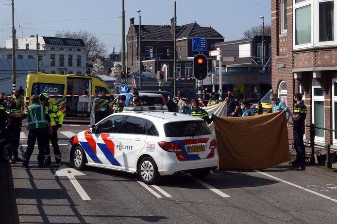 Op het Rijswijkseplein wordt Marcel gereanimeerd als hij daar na zijn arrestatie onwel wordt.