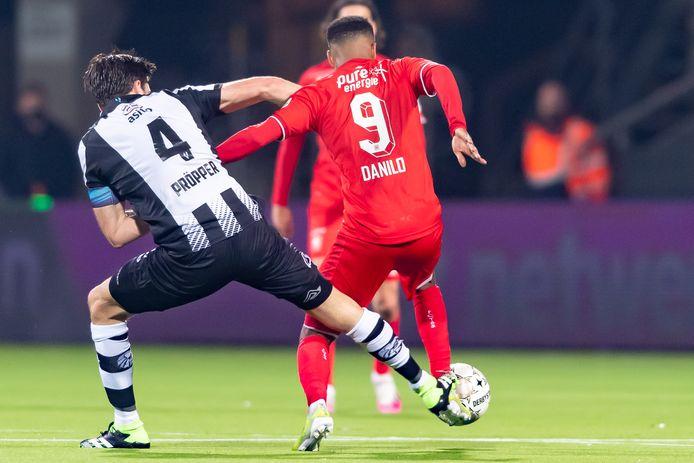 Een mooi duel anders bekeken, tussen Robin Pröpper en Danilo.
