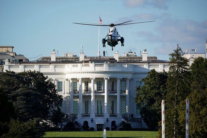 De helikopter die Trump naar het Walter Reed-ziekenhuis zal brengen, landt bij het Witte Huis. (02/10/2020)