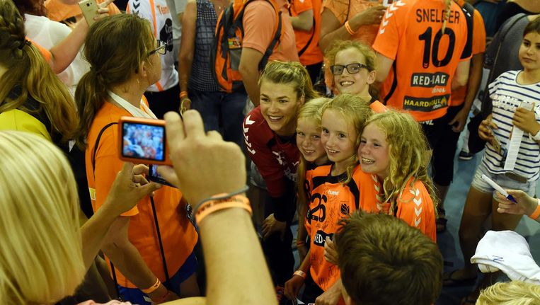 Handbalkeepster Tess Wester gaat op de foto met fans Beeld null