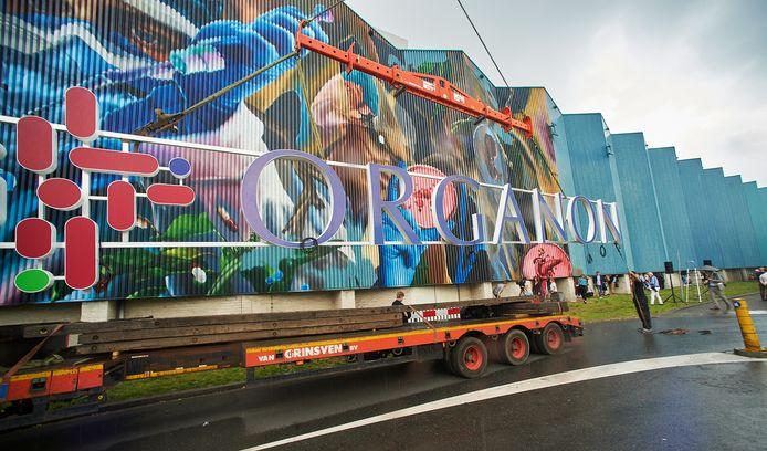 De onthulling van de naam Organon bij de beschilderde blauwe wand in Oss.