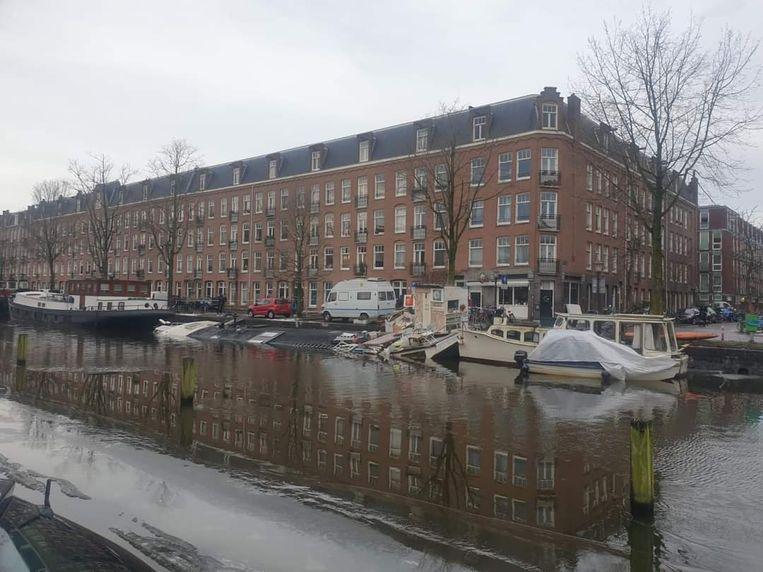 De gezonken woonboot van Rob Roosendaal aan de De Wittenkade. Beeld Bart Muysson