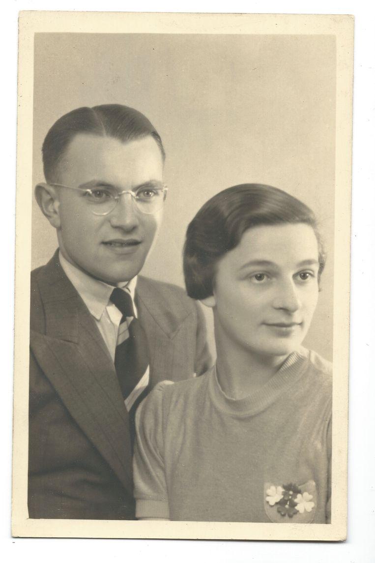 Richard en Roosje Katan, de ouders van Martijn Katan. De foto is genomen kort na hun huwelijk in juni 1941.   Beeld Collectie Martijn B. Katan