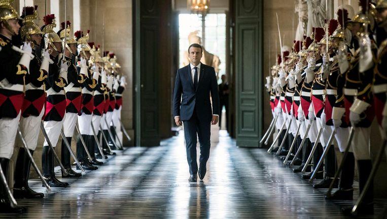President Macron loopt door de Galerie des Bustes naar de vergaderzaal van het paleis van Versailles. Beeld EPA