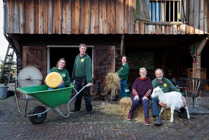 Vlnr: Marleen, Richard, Willeke, Ada en Wim van Rijn. De twee laatstgenoemden doen na bijna 40 jaar een stapje terug bij boerderij 't Geertje.