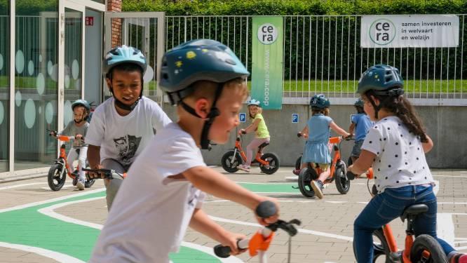Loopfietsen, hippe helmen én een fietsparcours op de speelplaats: zo leren kleuters omgaan met het verkeer