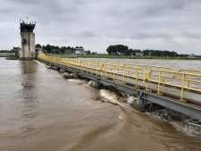 Water Maas tientallen centimeters hoger door kapotte stuw Sambeek; schip moet schade door drijfafval voorkomen