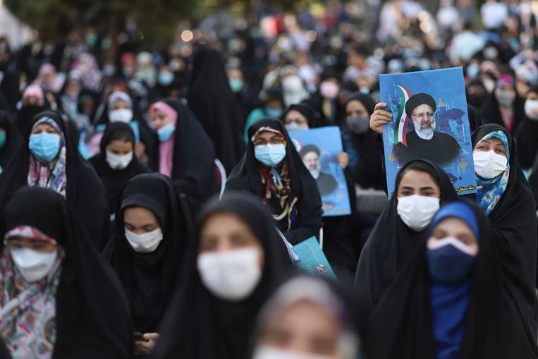 Aanhangers van presidentskandidaat Ebrahim Raisi deze week in Teheran. Beeld via REUTERS