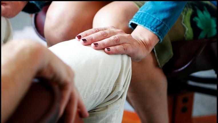 Patiënten kunnen kiezen uit een waaier aan behandelingen, waaronder handopleggingen. Beeld Maarten Hartman