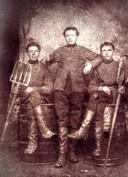 De gebroeders Johannes, Adrianus en Cornelis Swinkels (vlnr). De foto werd gemaakt circa 1875.