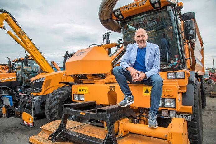 Zwiep Vermeulen, directeur van de Vermeulen Groep in Benthuizen, op een van zijn machines. Vermeulen wil waterstof winnen uit maaisel en snoeihout, wat als brandstof kan dienen voor zijn wagenpark.