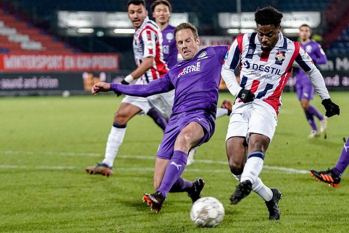 Ché Nunnely (rechts) in duel met Bart van Hintum van FC Groningen.