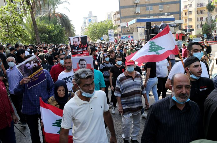 Des partisans du Hezbollah manifestent devant le Palais de justice pour demander la révocation du juge Tareq Bitar, procureur général, à Beyrouth, au Liban, le 14 octobre 2021.