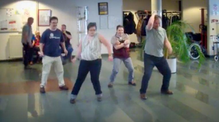 Bewoners van Flegado zetten hun beste beentje voor in de videoclip.
