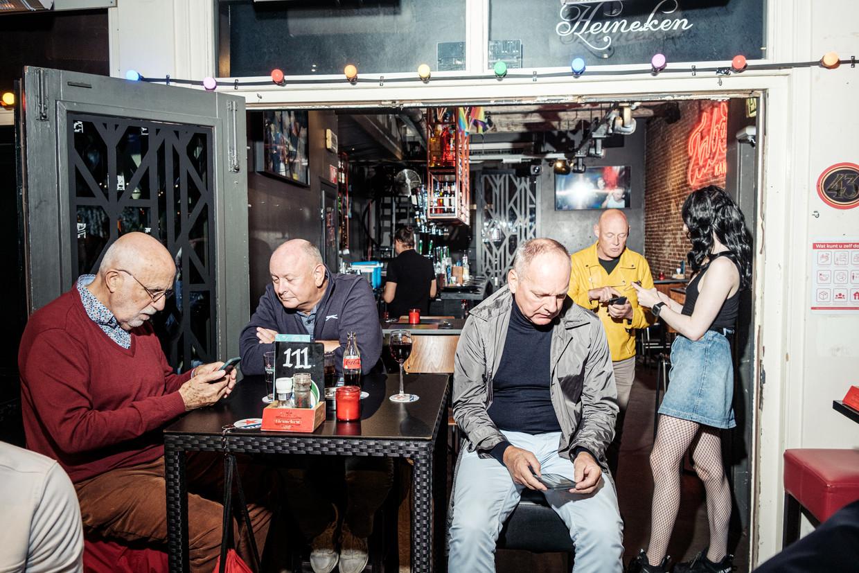 Bar Blend in de Reguliersdwarsstraat. Bezoekers worden gecontroleerd op hun QR-code.  Beeld Jakob van Vliet