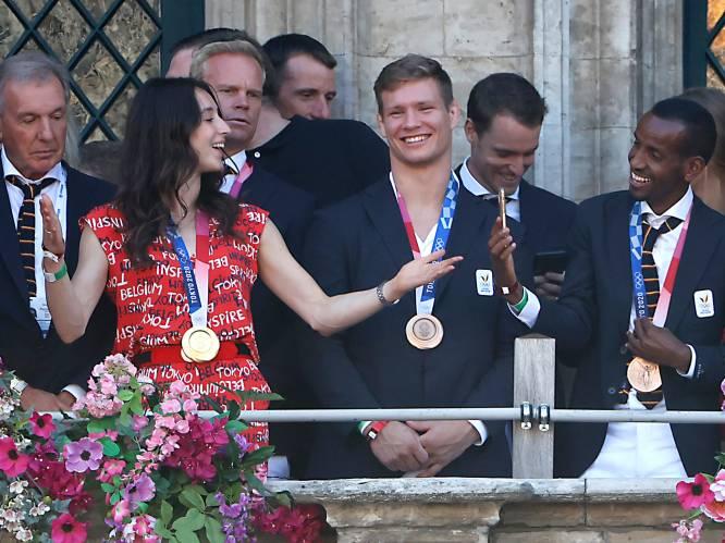 """Olympische atleten gehuldigd op Grote Markt van Brussel: """"Waar ik mijn gouden medaille bewaar? In mijn handtas"""""""