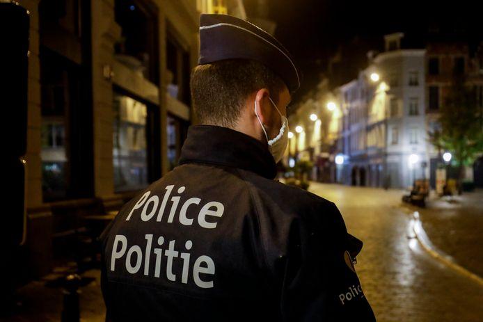 Un policier veille au respect du couvre-feu à Bruxelles, le 19 octobre 2020.