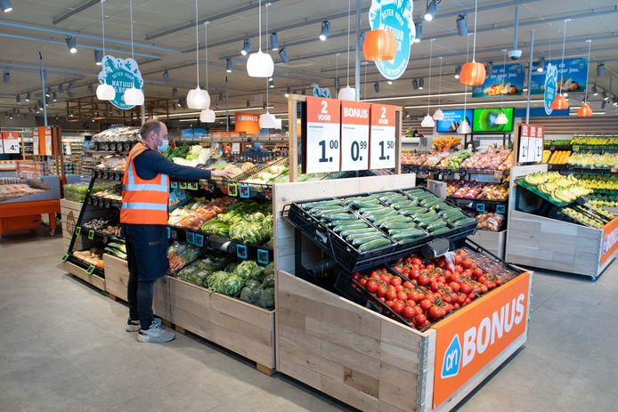 Met dry misting wordt groente en fruit vers gehouden in de nieuwe Albert Heijn die vandaag haar deuren opende in winkelcentrum Meijhorst.